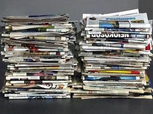 пачки газет с рекламой