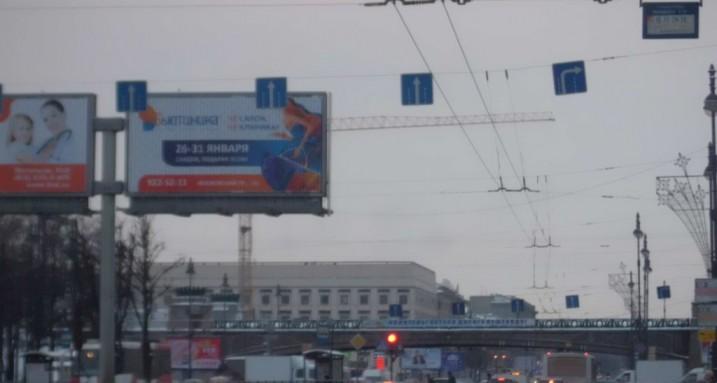 рекламный щит на перекрестке