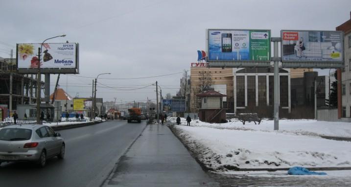 Рекламные щиты вдоль улицы