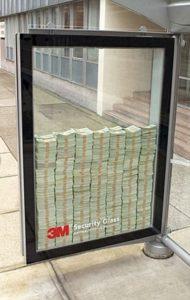 Витрина с деньгами